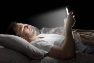 一醒就看手机 易焦虑伤身心