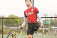 """深圳""""神奇小子""""何忆义:经历三次截肢手术也不放弃足球梦_新闻频道_中国青年网"""