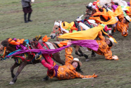 来四川理塘赛马节 看康巴汉子帅气飚马