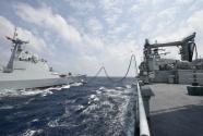 海军第三十三批护航编队首次进行海上补给